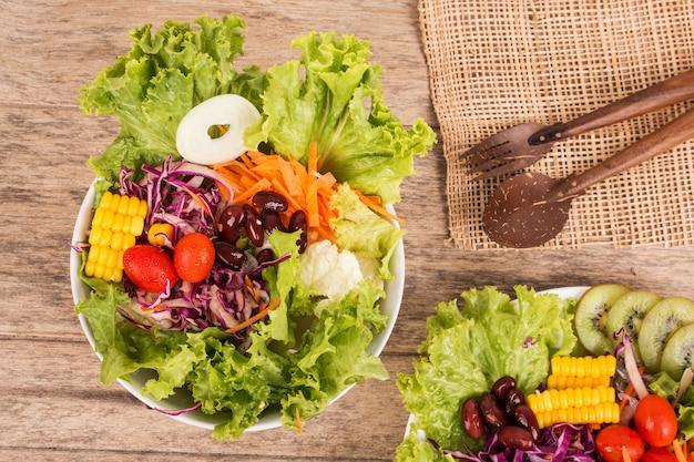 Salade de légumes sur fond en bois Photo Premium