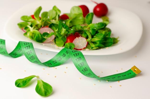 Salade de légumes frais de radis, tomates et salade de maïs ou valerianella locusta. Photo Premium