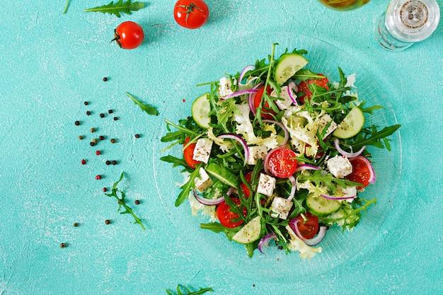 Salade De Légumes Frais - Tomate, Concombre Et Fromage Feta à La Grecque. Mise à Plat. Vue De Dessus Photo gratuit