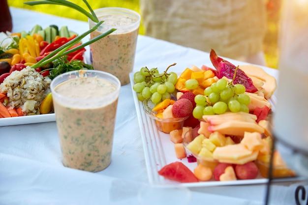 Salade De Légumes Frais Avec Vinaigrette Ranch Servie à La Fête D'anniversaire. Photo Premium