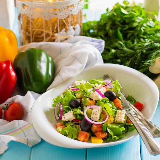 Salade de légumes à la tomate, laitue, oignons rouges, poivrons, olives et fromage Photo gratuit