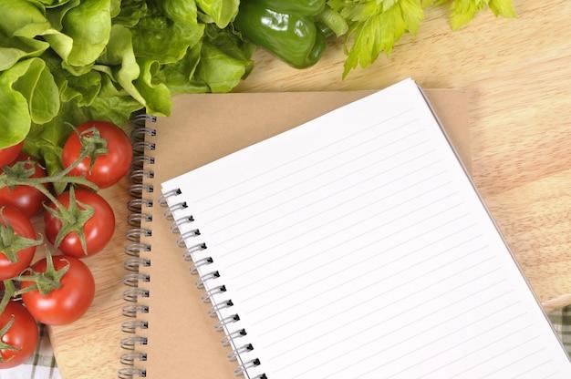 Salade Avec Livre De Recettes Vierge Et Planche A Decouper