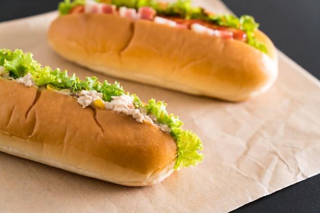 Salade de maïs au thon hot-dog et hot-dog saucisse au bacon Photo Premium