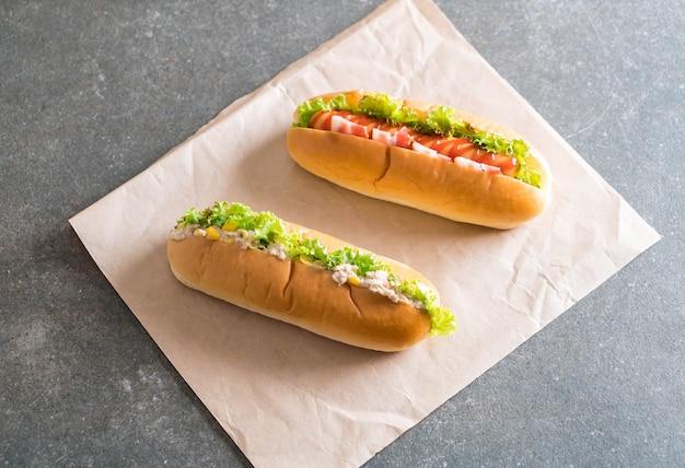 Salade de maïs au thon hotdog et hot dog saucisse au bacon Photo Premium