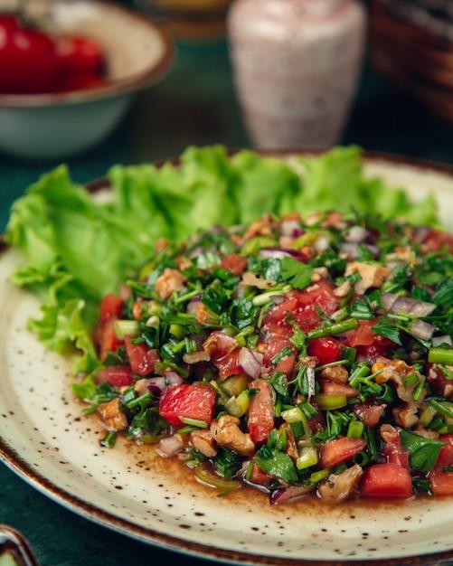 Salade mixte aux légumes et verdure Photo gratuit