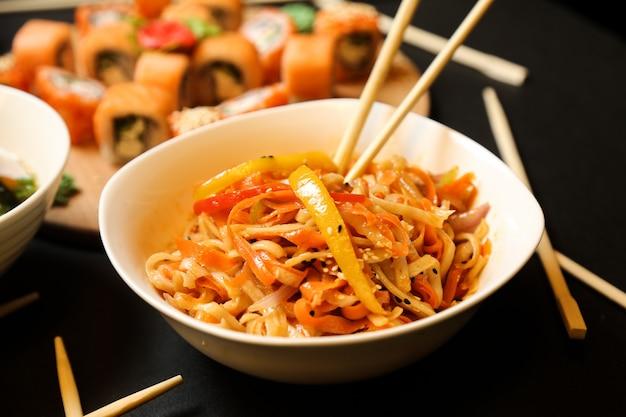 Salade De Nouilles Mélangée Aux Légumes Photo gratuit