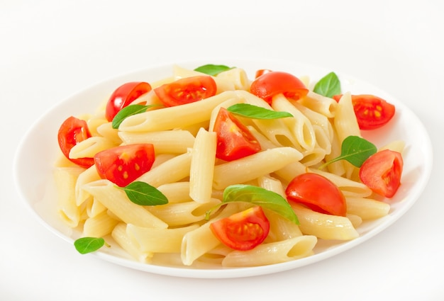 Salade De Pâtes Aux Tomates Cerises Et Feuilles De Basilic Frais Photo gratuit