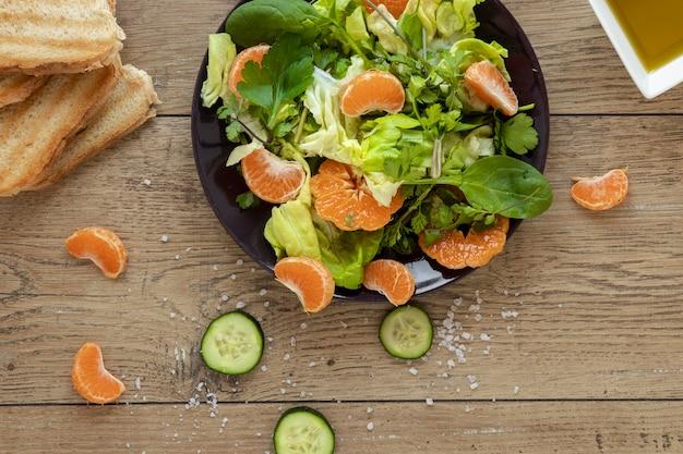 Salade Plate Avec Légumes Et Fruits Photo gratuit