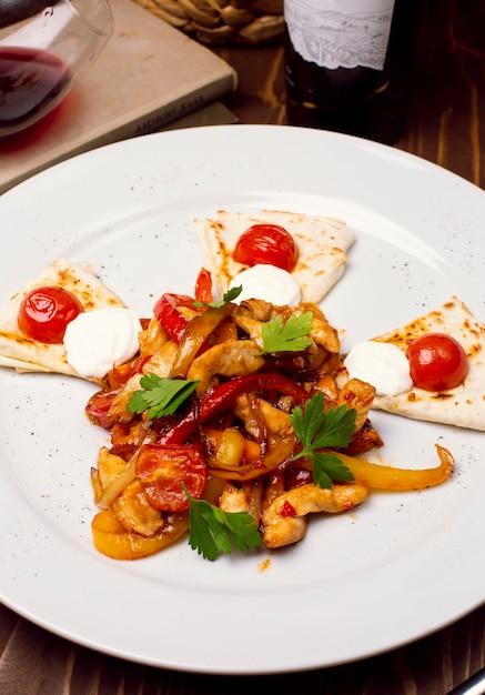 Salade de poulet frais avec vinaigrette, pain caucasien arabe sur une plaque blanche. menu diététique. nutrition adéquat. Photo gratuit