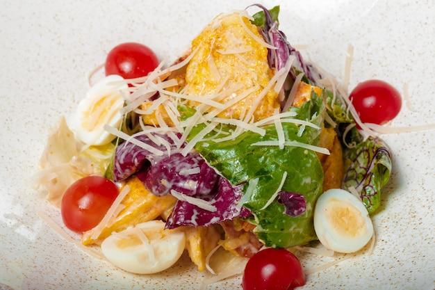 Salade de poulet. salade césar au poulet. salade césar au poulet grillé sur assiette Photo Premium