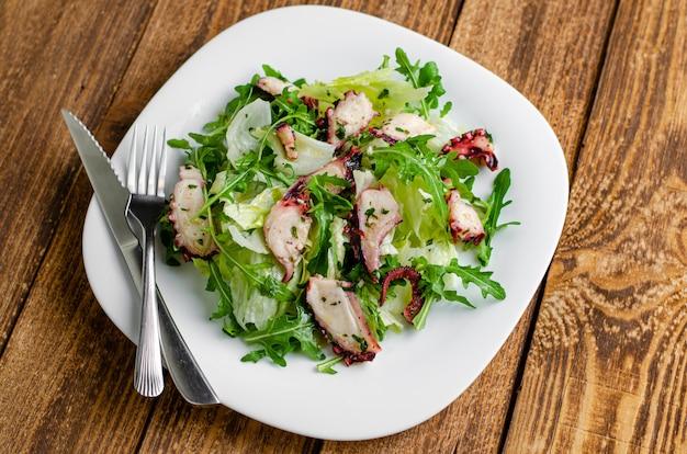 Salade De Poulpe Sur Fond En Bois. Photo Premium