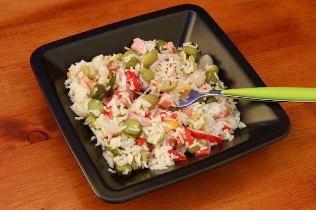 Salade de riz aux légumes Photo Premium