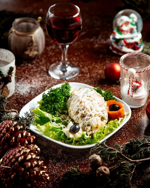 Salade Russe Aux Herbes Et Verre De Vin Photo gratuit