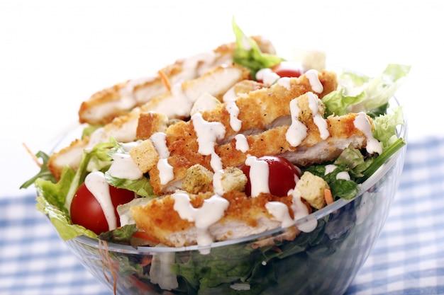 Salade Saine Au Poulet Et Légumes Photo gratuit