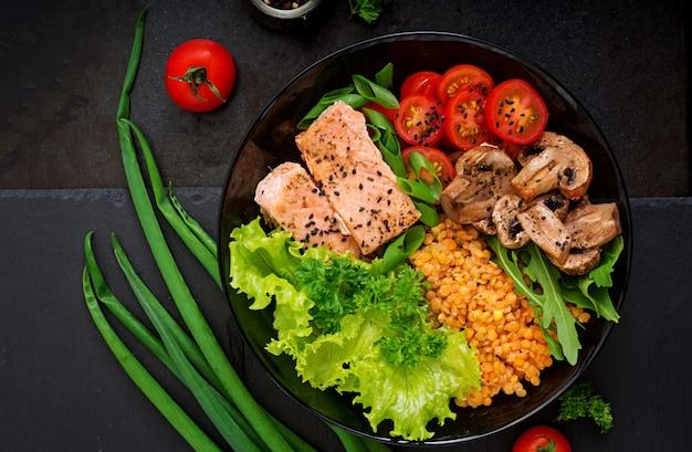 Salade Saine Au Saumon, Tomates, Champignons, Laitue Et Lentilles Sur Dark Photo gratuit