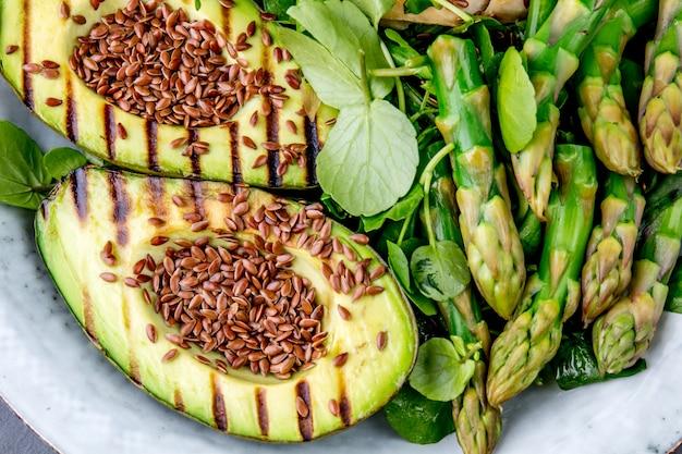 Salade Saine D'avocat Et D'asperges Grillées Aux Graines De Lin Photo Premium