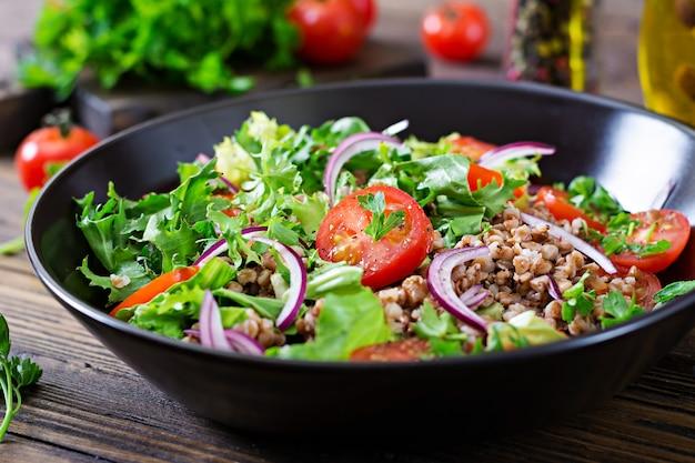 Salade De Sarrasin Aux Tomates Cerises, Oignons Rouges Et Herbes Fraîches. Nourriture Végétalienne. Menu Diététique. Photo gratuit