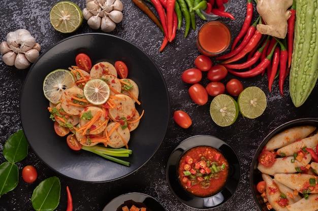 Salade De Saucisse De Porc Vietnamienne Avec Piment, Citron, Ail, Tomate Photo gratuit