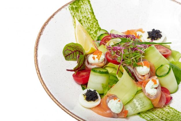 Salade De Saumon Aux épinards, Tomates Cerises, Salade De Maïs, Petits épinards, Menthe Fraîche Et Basilic. Nourriture Faite Maison Photo Premium