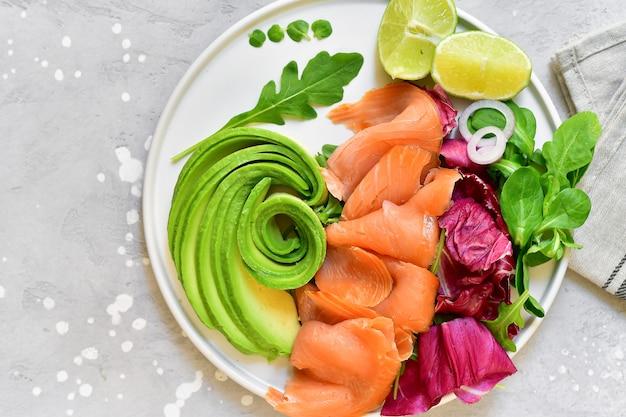 Salade de saumon et avocat à la roquette et au citron vert. régime cétogène Photo Premium