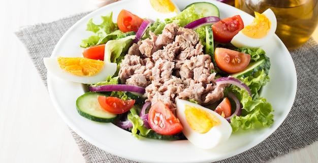 Salade de thon au poisson frais à base de tomate, ruccola, thon, œufs, roquette, craquelins et épices. Photo Premium