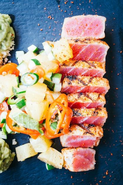 Salade de thon cru grillé aux légumes Photo gratuit