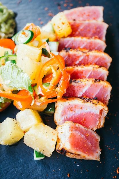 Salade de thon cru grillée au légume Photo Premium