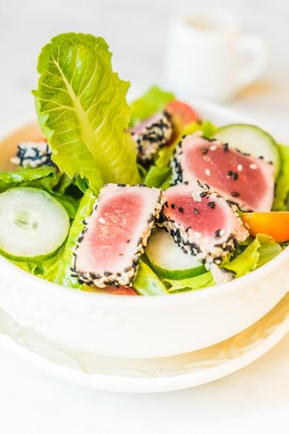 Salade de thon grillé dans un bol blanc - des aliments sains Photo gratuit
