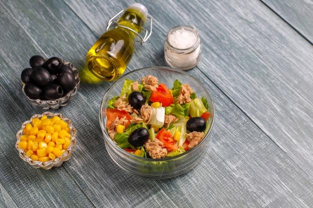 Salade De Thon Avec Laitue, Olives, Maïs, Tomates, Vue De Dessus Photo gratuit