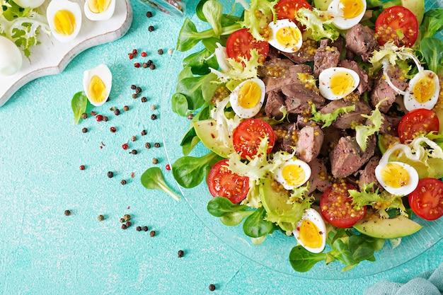 Salade Tiède De Foie De Poulet, Avocat, Tomate Et Oeufs De Caille. Dîner Sain. Menu Diététique. Mise à Plat. Vue De Dessus Photo gratuit