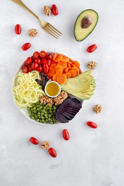 Salade végétalienne crue avec légumes assortis Photo Premium