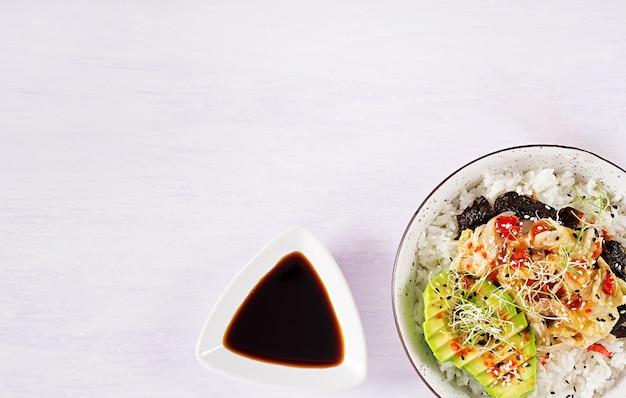 Salade Végétalienne Avec Riz, Chou Kimchi Mariné, Avocat, Nori Et Sésame Sur Bol. Photo gratuit