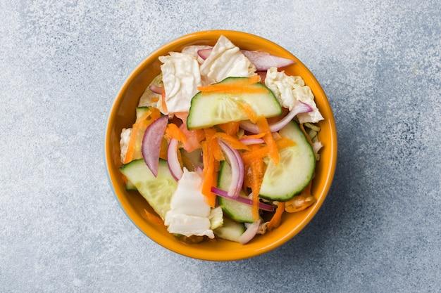 Salade végétarienne de crudités dans une assiette Photo Premium