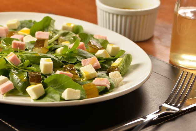 Salade verte au fromage frais, cornichons au jambon et concombre Photo Premium
