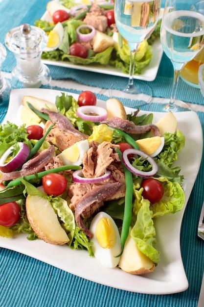 Salade verte au thon et oignon rouge Photo gratuit
