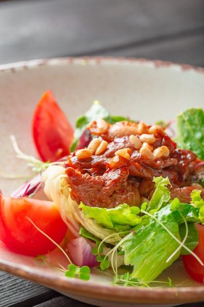 Salade verte fraîche avec un steak de filet mignon tranché Photo Premium