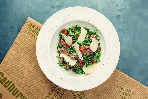 Salade Verte Avec De La Viande Et Du Fromage Haché Dans Un Bol Blanc. Photo gratuit