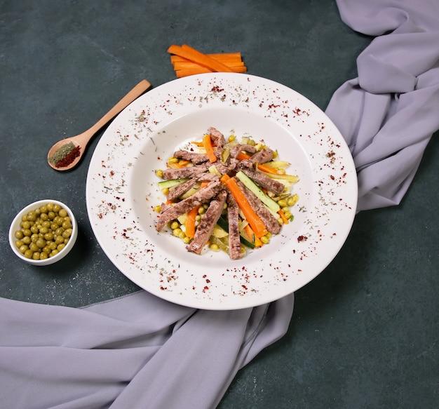 Salade de viande sautée aux haricots verts. Photo gratuit