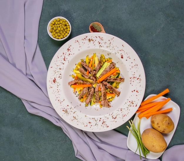 Salade de viande sautée avec haricots verts, pomme de terre et carotte. Photo gratuit