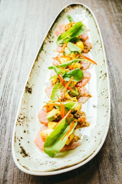 Salade de viande de thon frais cru à l'avocat et à la mangue Photo gratuit