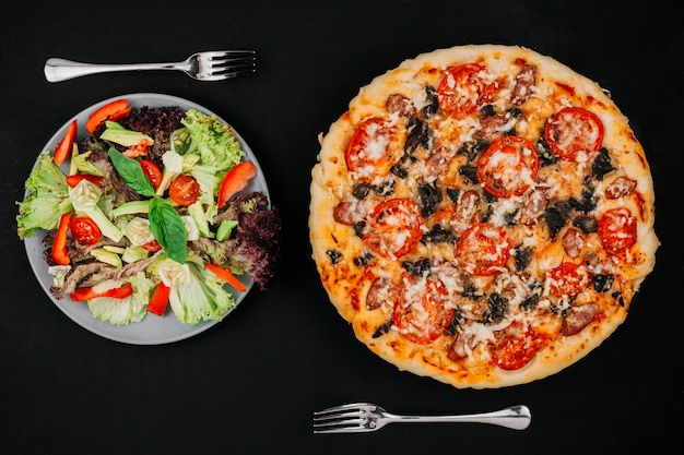 Salade vs pizza Photo gratuit