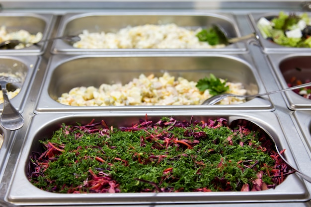 Salades au restaurant sur les plaques de métal. mise au point sélective Photo Premium