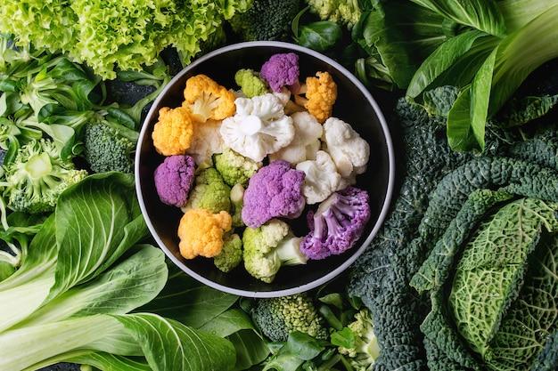 Salades vertes, chou, légumes colorés Photo Premium