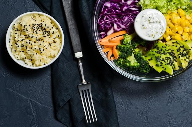 Saladier, nourriture saine et équilibrée. Photo Premium