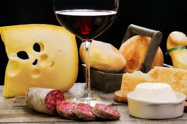 Salami, produits laitiers et vin rouge Photo Premium