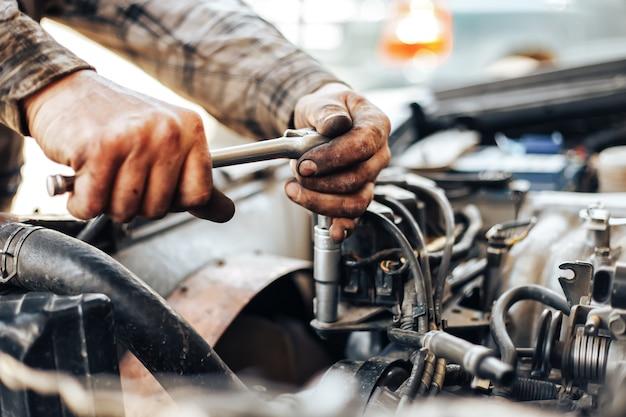 Sale Mains De Mécanicien Automobile Réparant Voiture Photo Premium