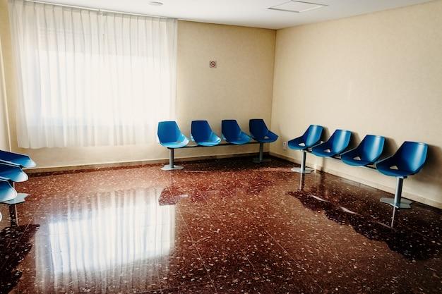 Salle d'attente dans un hôpital avec des chaises vides. Photo Premium