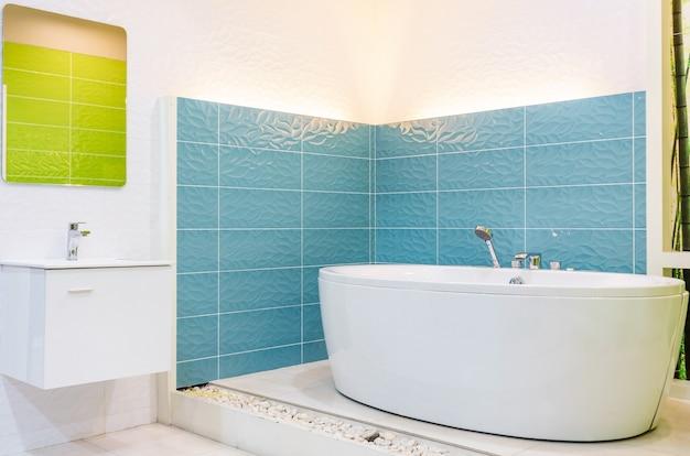 Salle de bain blanche et en bois avec une baignoire blanche ...
