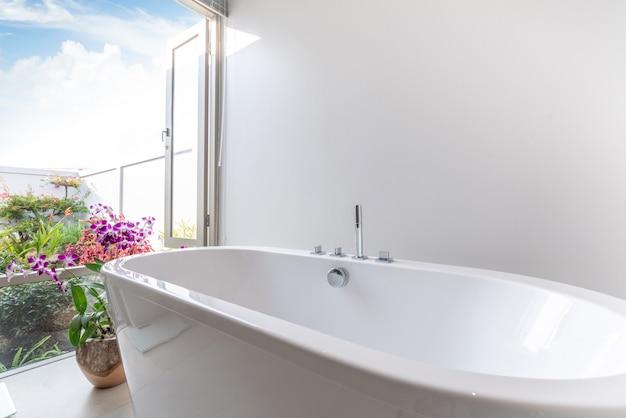 Salle de bain de luxe avec baignoire à fleurs Photo Premium