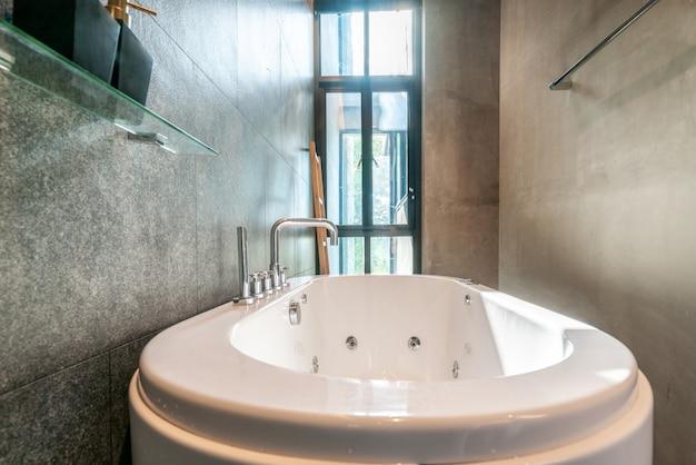 Salle de bain de luxe dotée d\'une baignoire avec lumière et ...